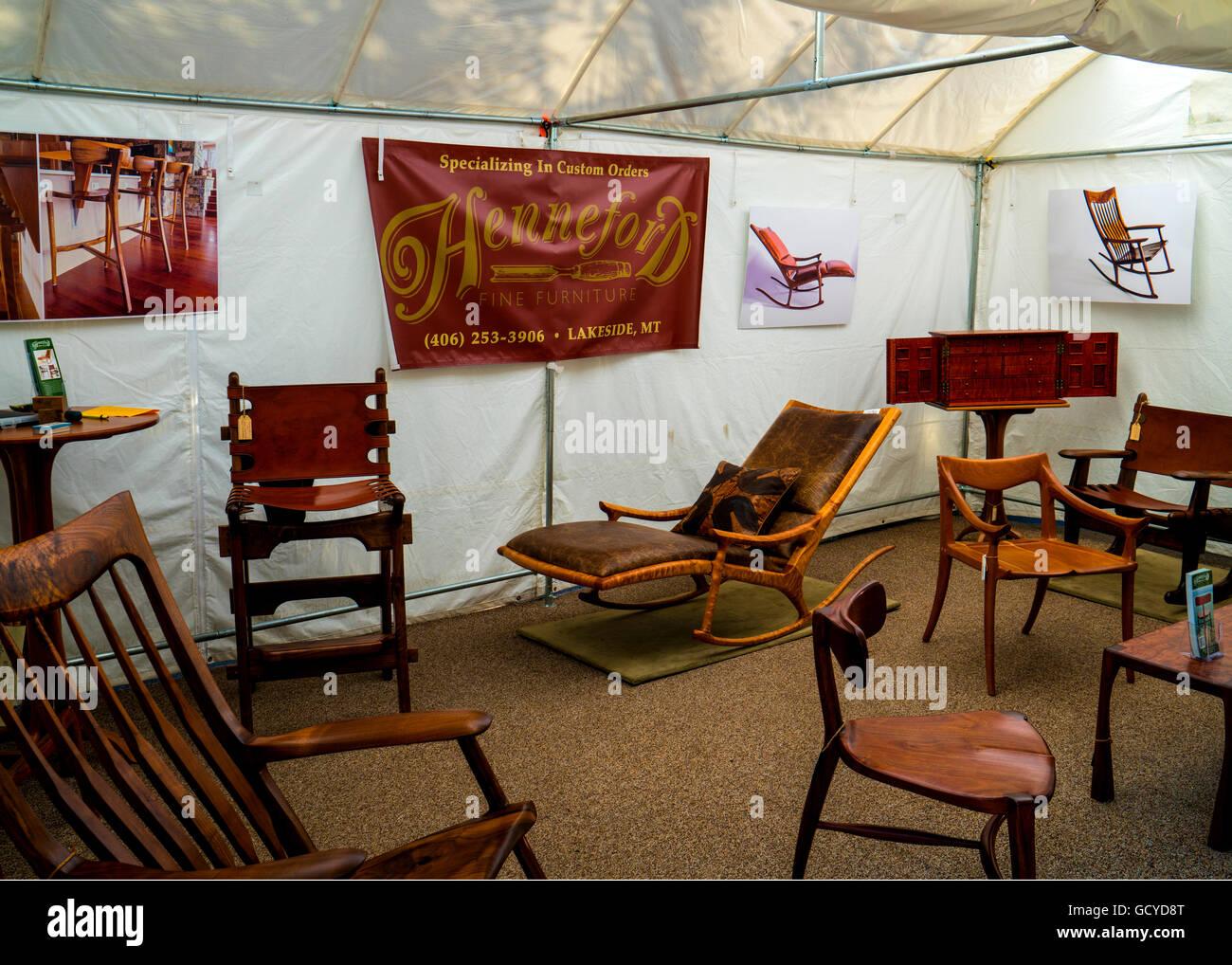 Stand al Cherry Creek Art Festival di Denver in Colorado mostrando raffinati mobili in legno realizzati da Steve Immagini Stock