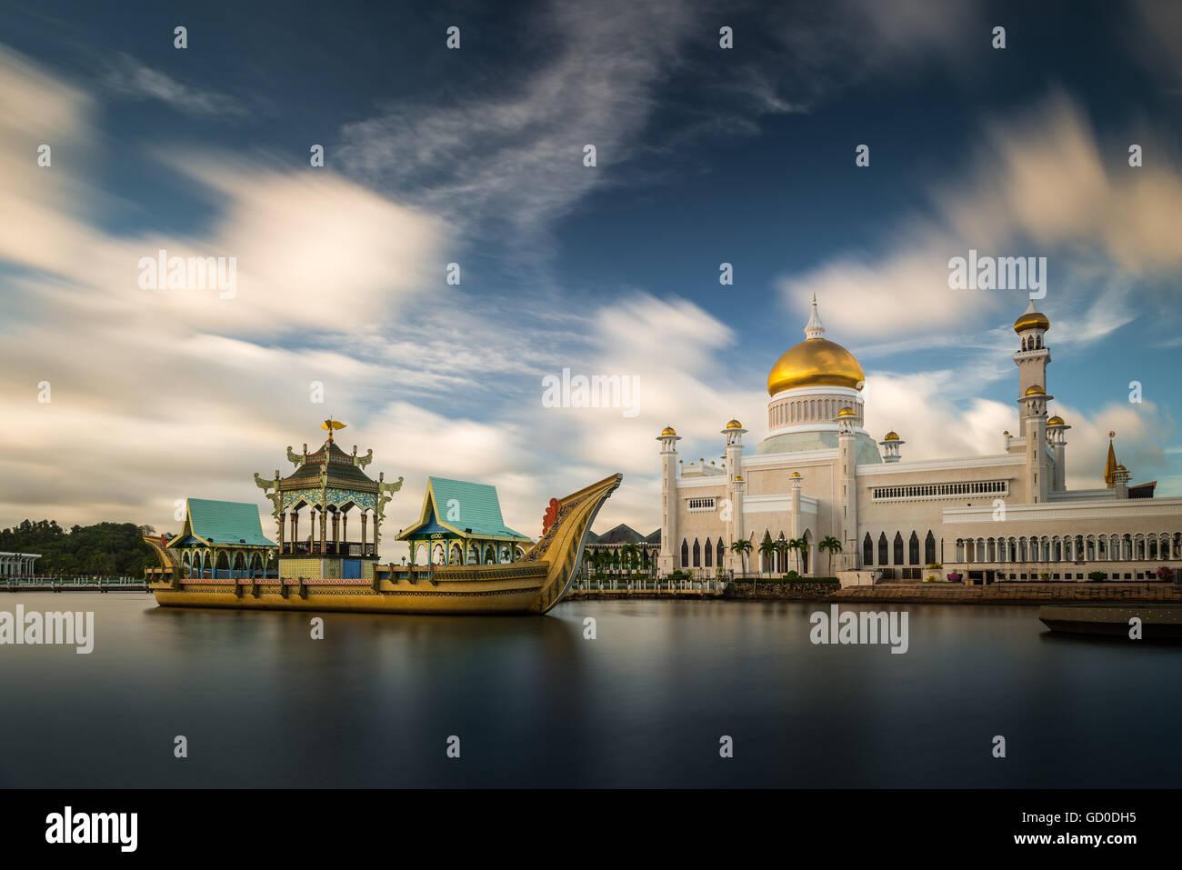 Una lunga esposizione delle nubi drifiting oltre il sultano Omar Ali Saifuddin Moschea in Bandar Seri Begawan, Brunei. Immagini Stock