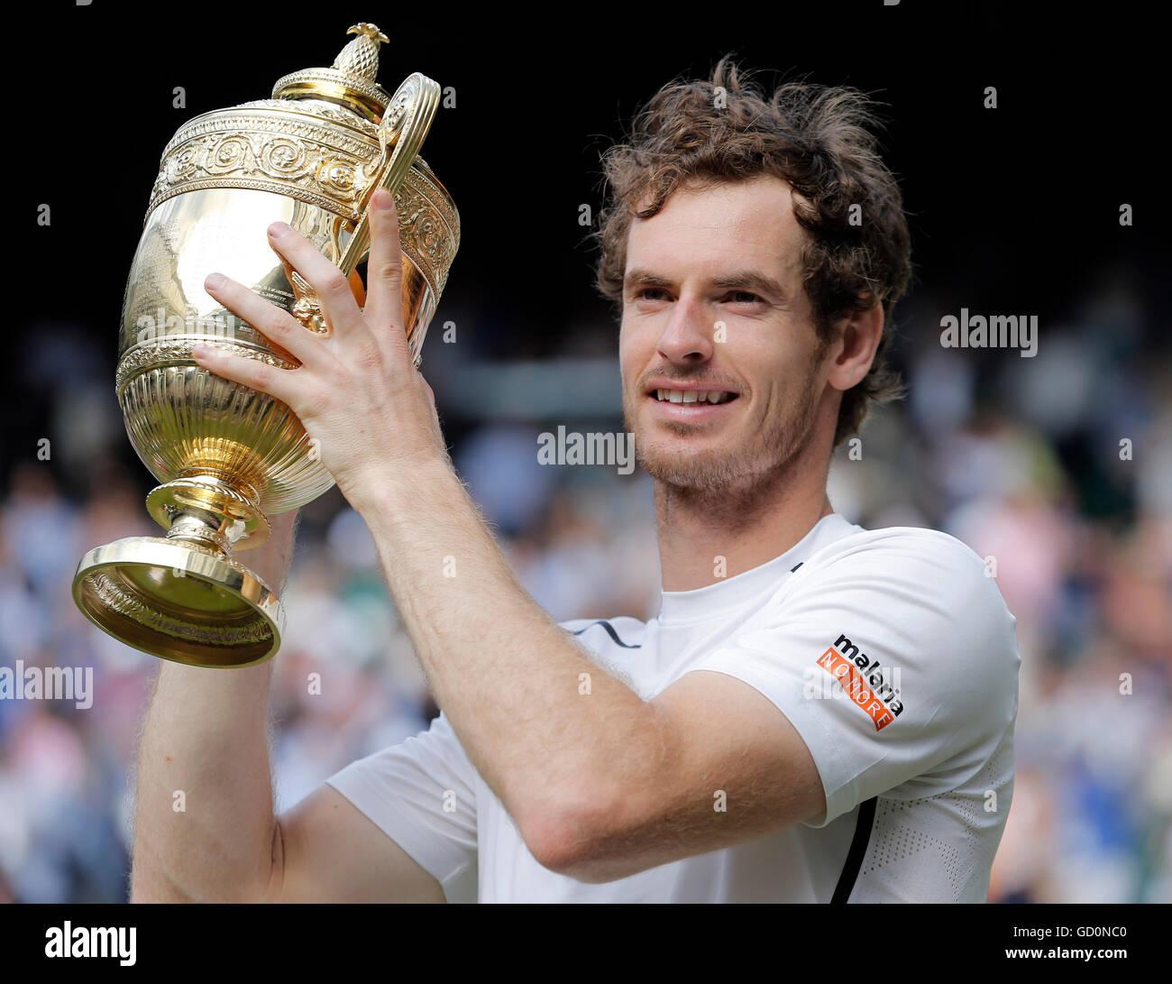Andy Murray con Trofeo Milos Raonic V Andy Murray Mens la finale dei campionati di Wimbledon 2016 All England Tennis Immagini Stock