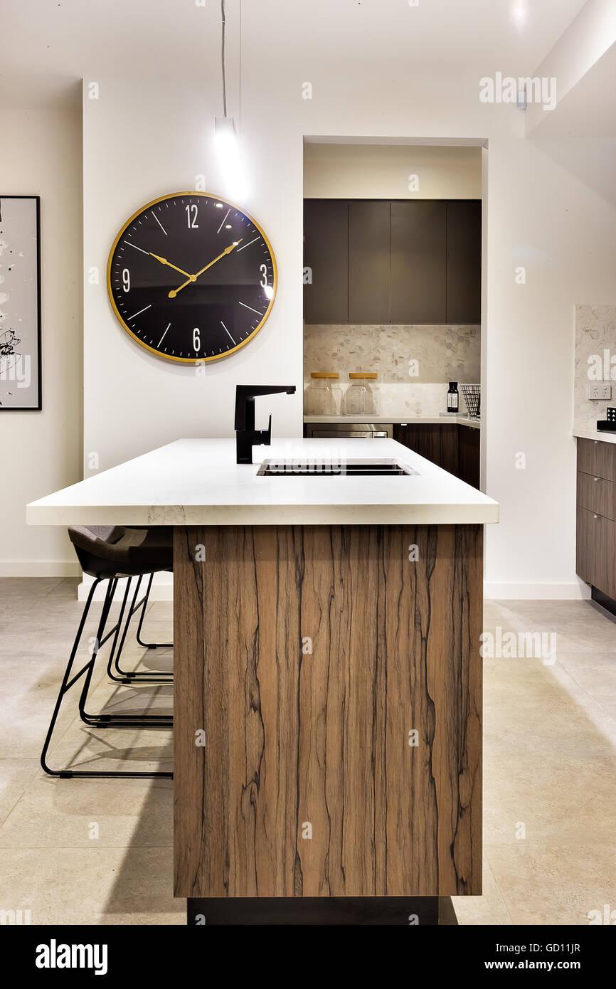 Cucina moderna con bancone in legno con un orologio da parete e ...