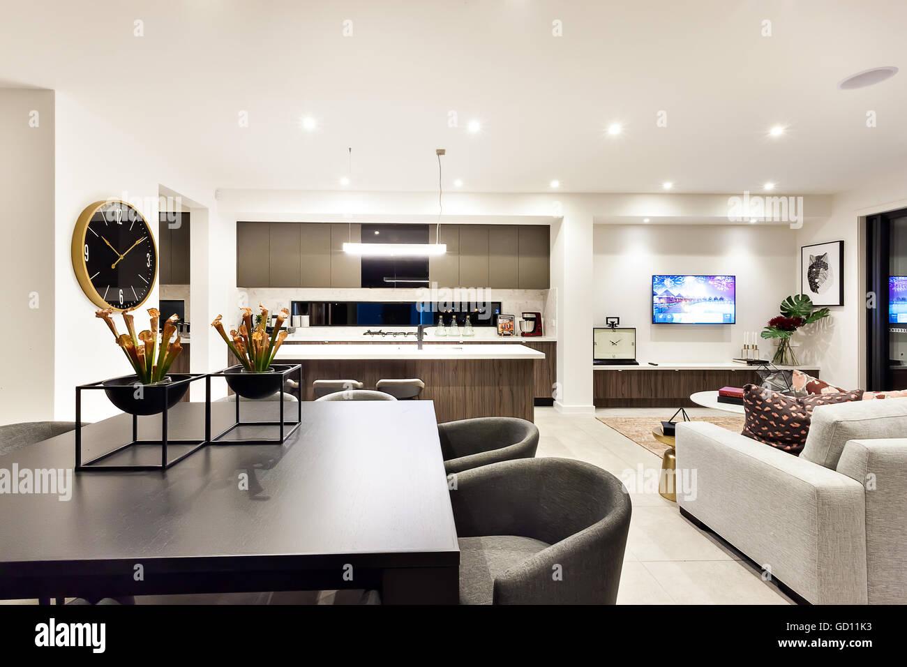 Soggiorno moderno con una televisione accanto a cena e cucina, il ...