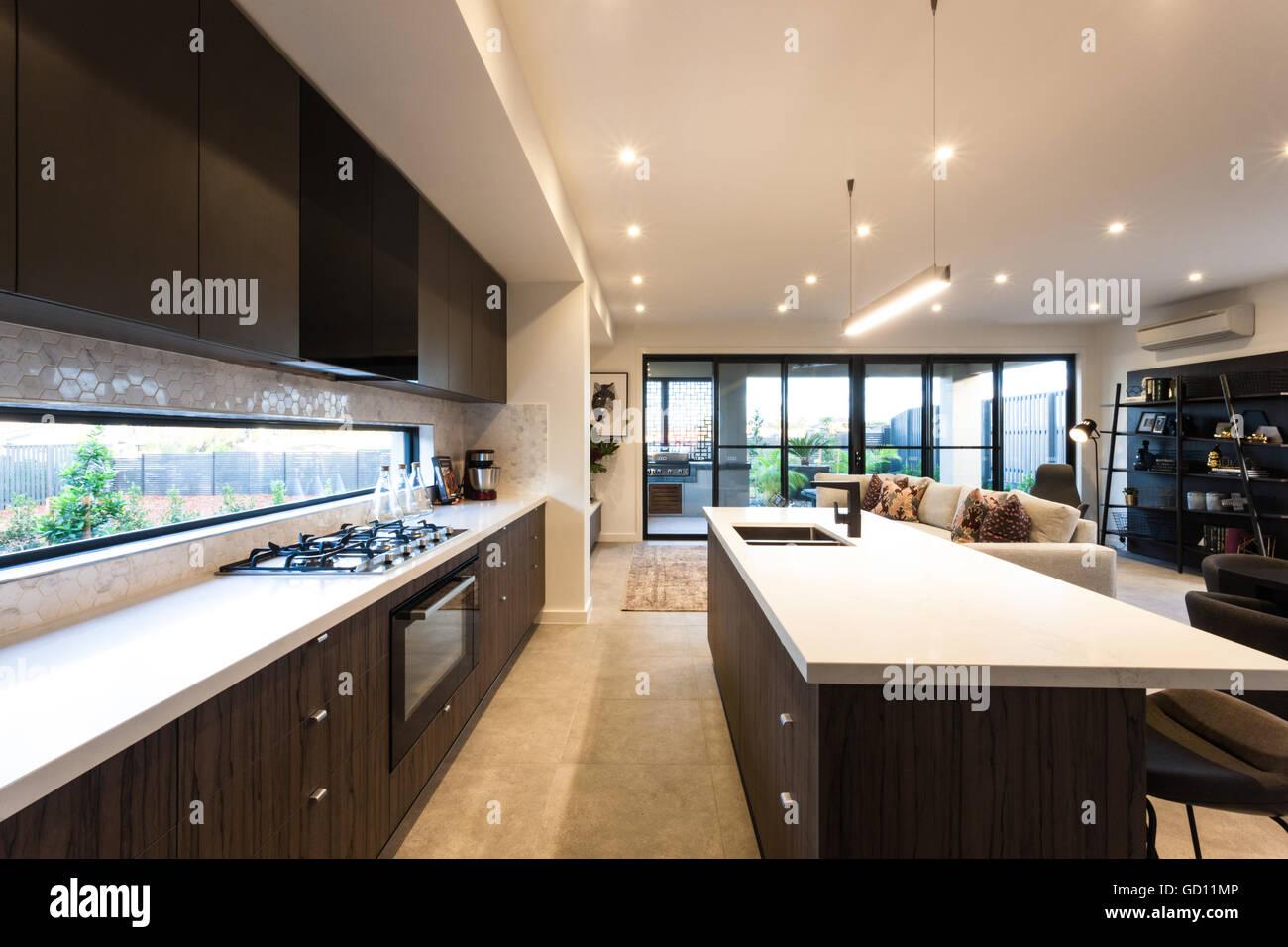 Cucina moderna illuminato con luci a soffitto a tempo di giorno
