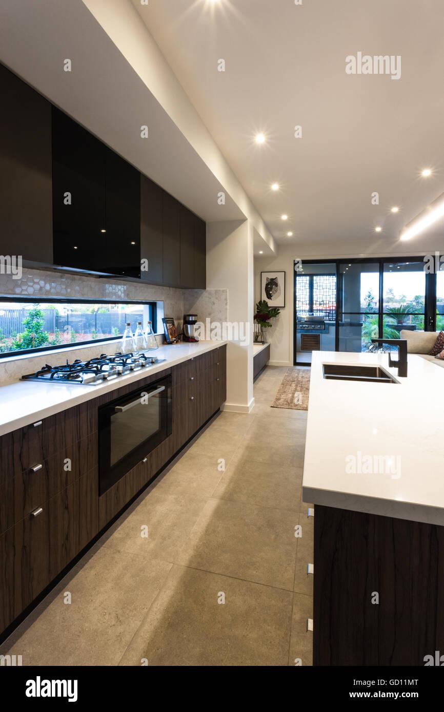 Cucina moderna stufa e dispensa armadi con un forno sulle piastrelle ...