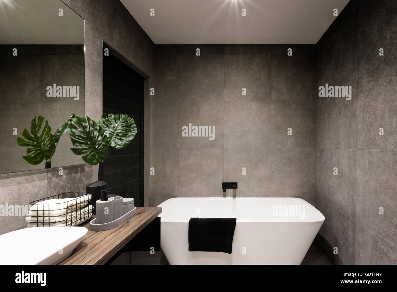 Bagno moderno muro realizzato in colore scuro di piastrelle che ha