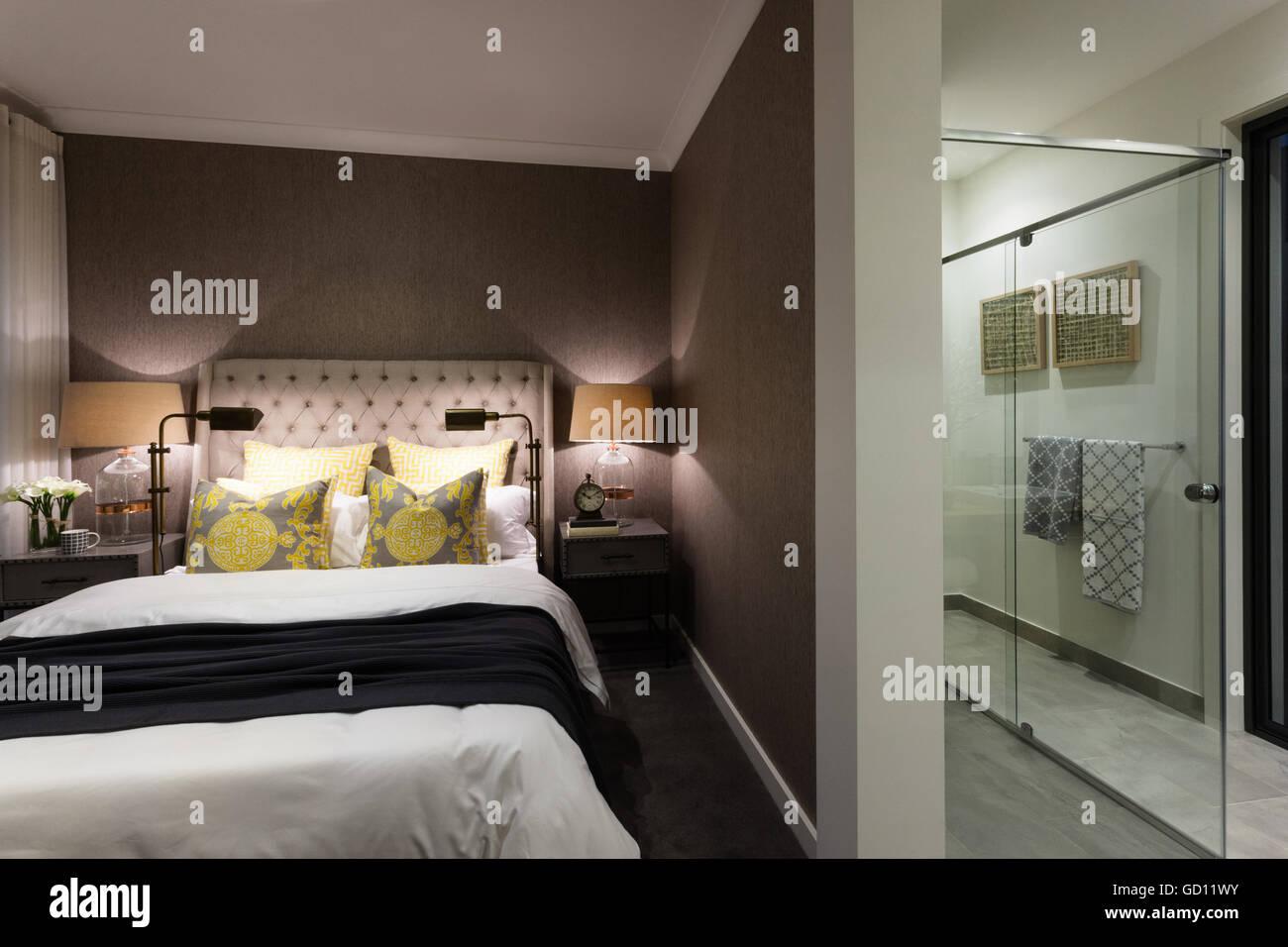 Bagno In Camera Con Vetrata : Camera moderna di una casa o di hotel attaccato ad un bagno doccia