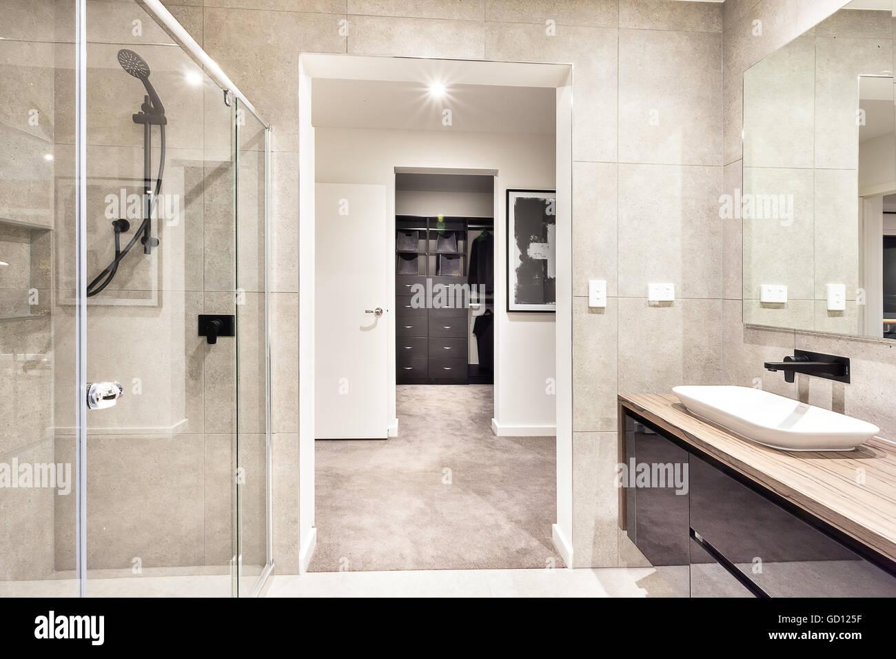 Entrata di una sala lavanderia attraverso il moderno bagno con una ...