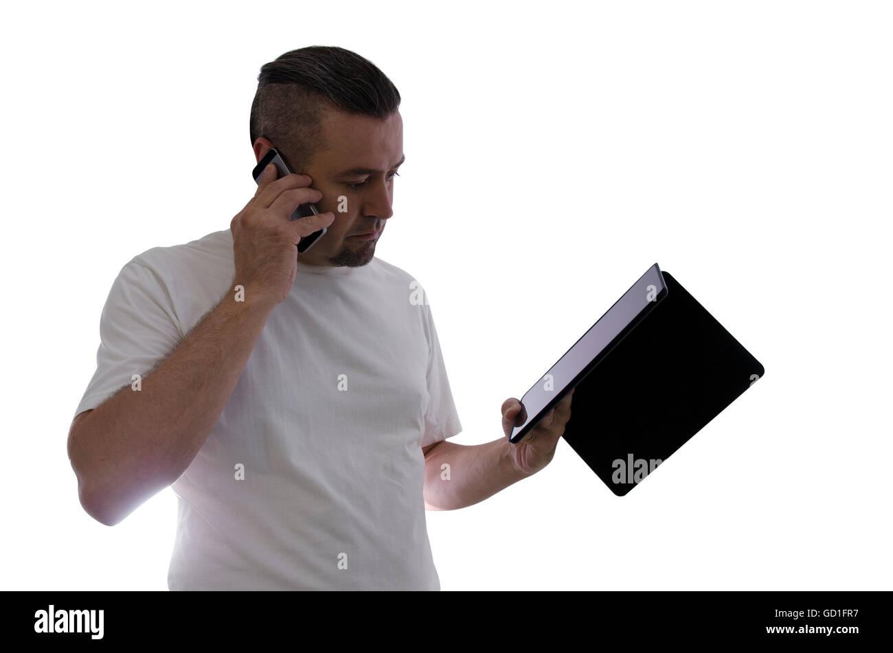 L'uomo parla al telefono cellulare e utilizzare tablet su sfondo bianco Immagini Stock