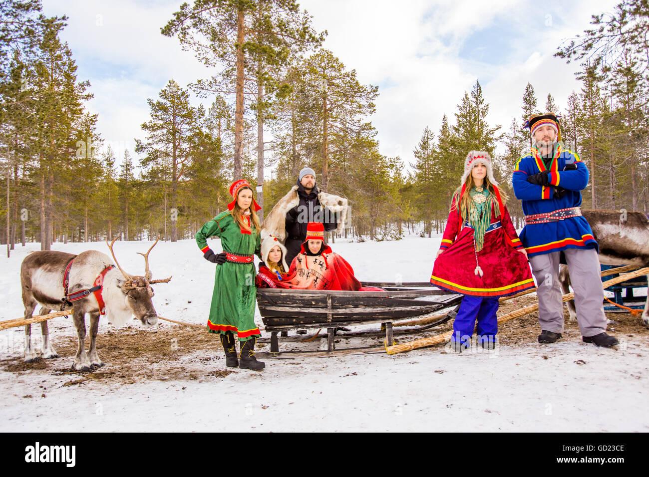 Foto di gruppo indossando il tradizionale costume Sami, renne Safari, Kakslauttanen Igloo Village, Saariselka, Finlandia Immagini Stock