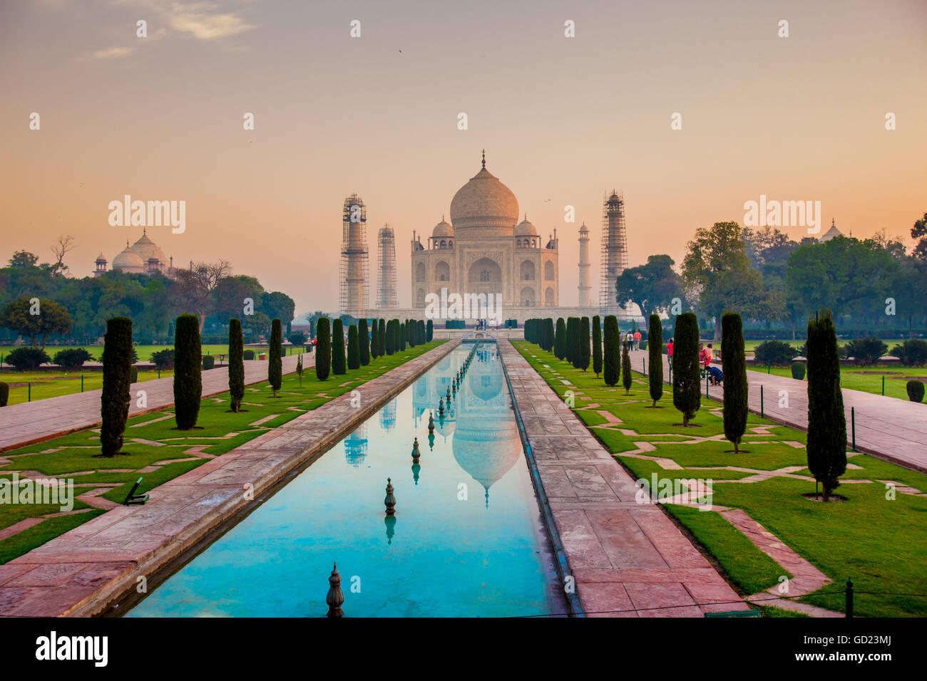 Sunrise al Taj Mahal, Sito Patrimonio Mondiale dell'UNESCO, Agra, Uttar Pradesh, India, Asia Immagini Stock