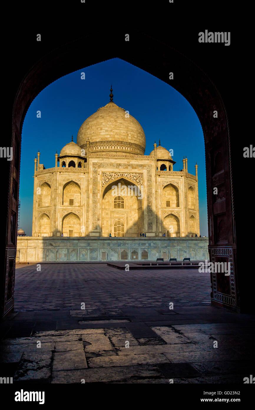 Vista del Taj Mahal attraverso una porta, Sito Patrimonio Mondiale dell'UNESCO, Agra, Uttar Pradesh, India, Immagini Stock