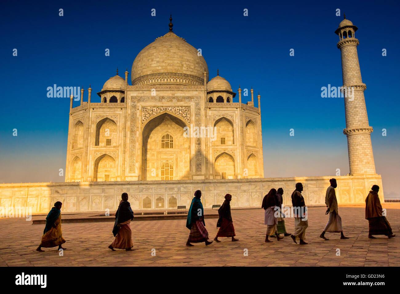 La gente che camminava per pregare davanti al Taj Mahal, Sito Patrimonio Mondiale dell'UNESCO, Agra, Uttar Pradesh, Immagini Stock
