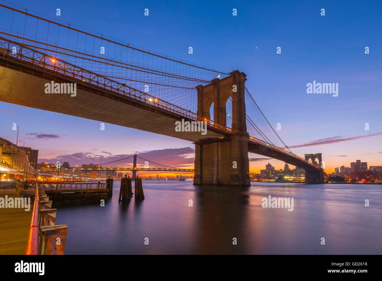Il Ponte di Brooklyn e Manhattan Bridge al di là, su East River, New York, Stati Uniti d'America, America del Nord Foto Stock