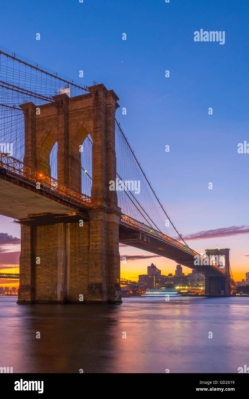 Ponte di Brooklyn su East River, New York, Stati Uniti d'America, America del Nord Foto Stock