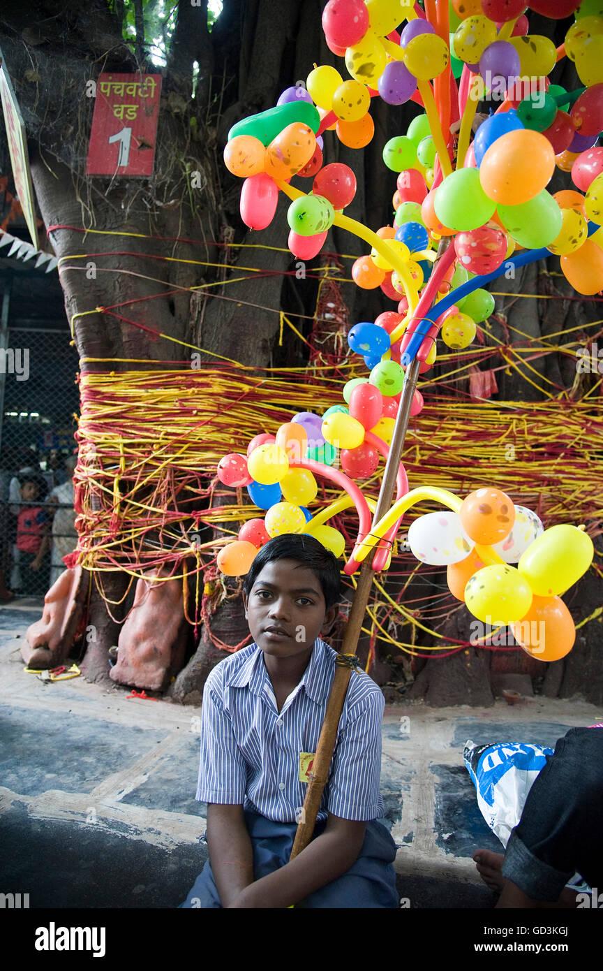Ragazzo di palloncino di vendita sita gufa tree, Nasik, Maharashtra, India, Asia Immagini Stock
