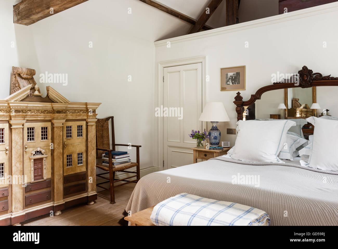 Grande casa delle bambole in camera da letto con travi in legno e ...