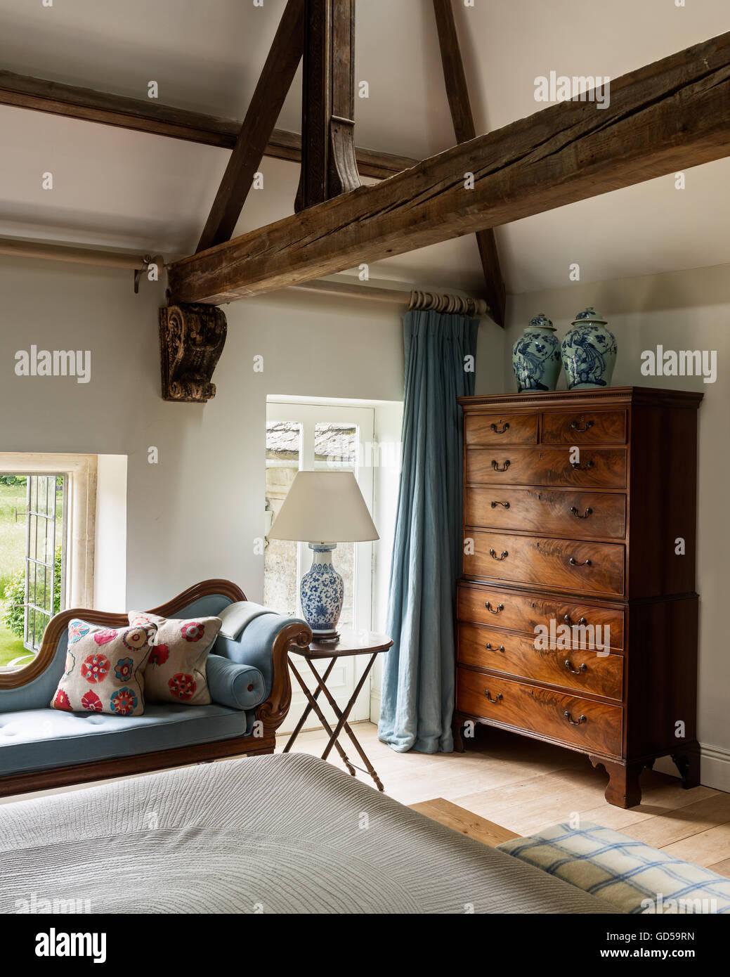 Blue abbottonata chaise longue in camera da letto con mobili di ...