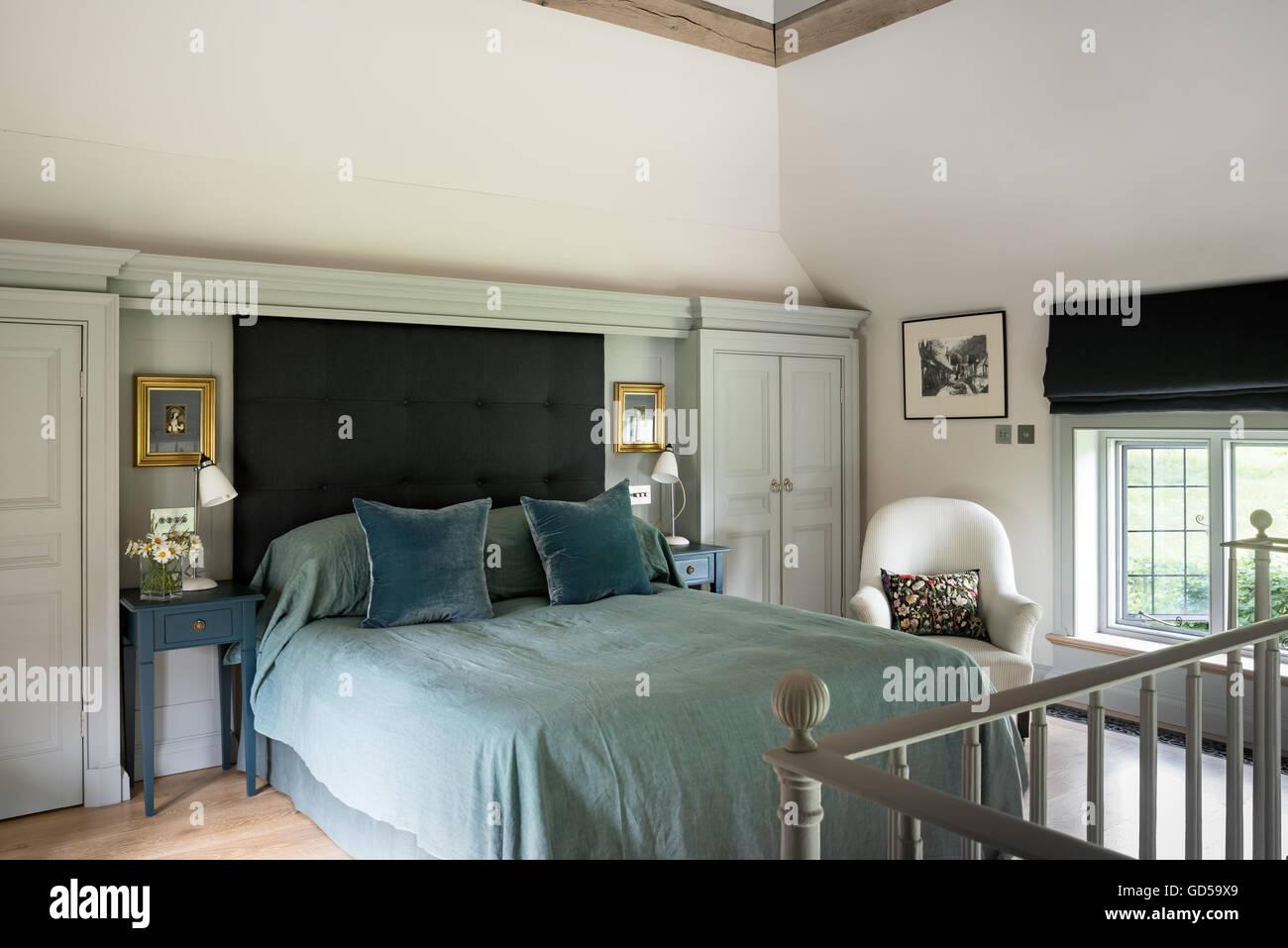 3ce9666695 La camera da letto di luce con testiera e tapparelle realizzato dalla  clemenza Rittner arredi delicati. I cuscini di velluto sono da William  Yeoward