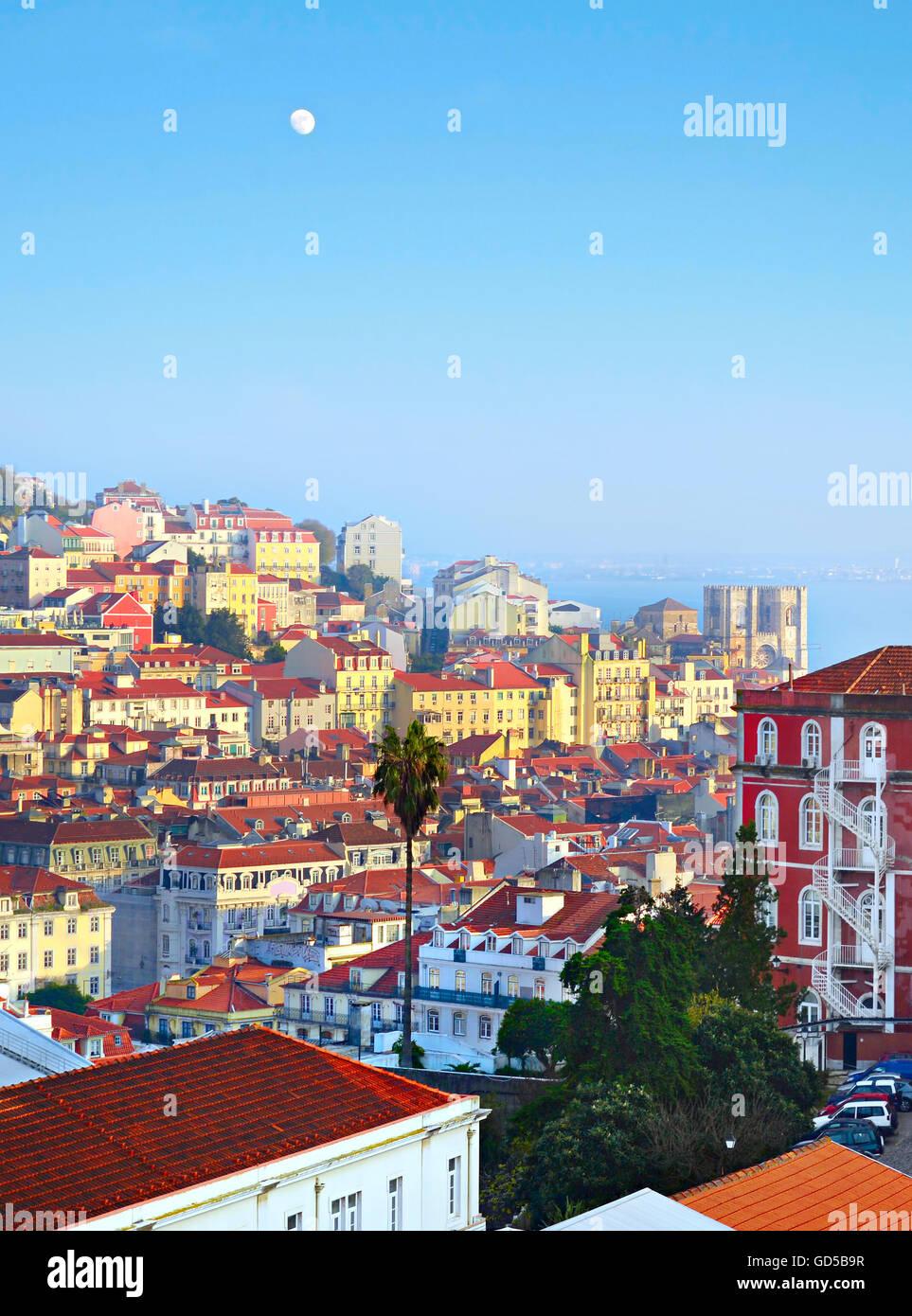 Architettura della Città Vecchia di Lisbona al tramonto. Portogallo Immagini Stock
