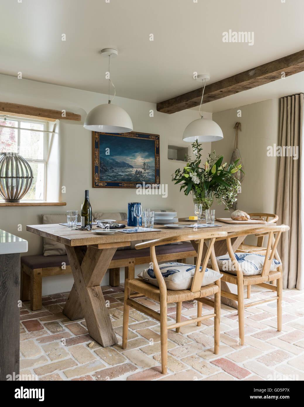 Rovere antico sedie da pranzo intorno a tavola in legno for Tavola da pranzo in legno