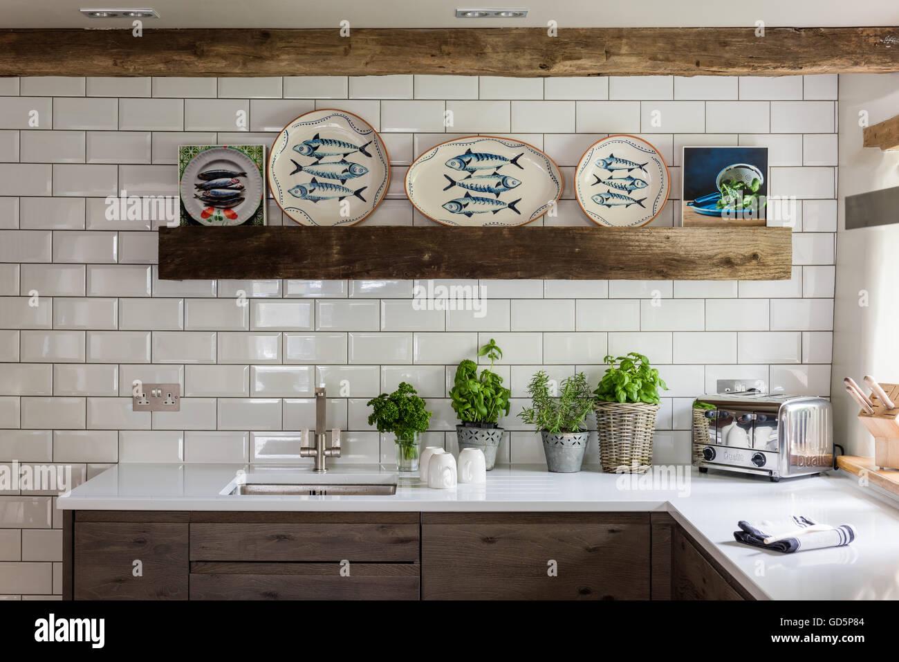 Pesce decorativo piastre da wendy bray in cucina con metro bianco