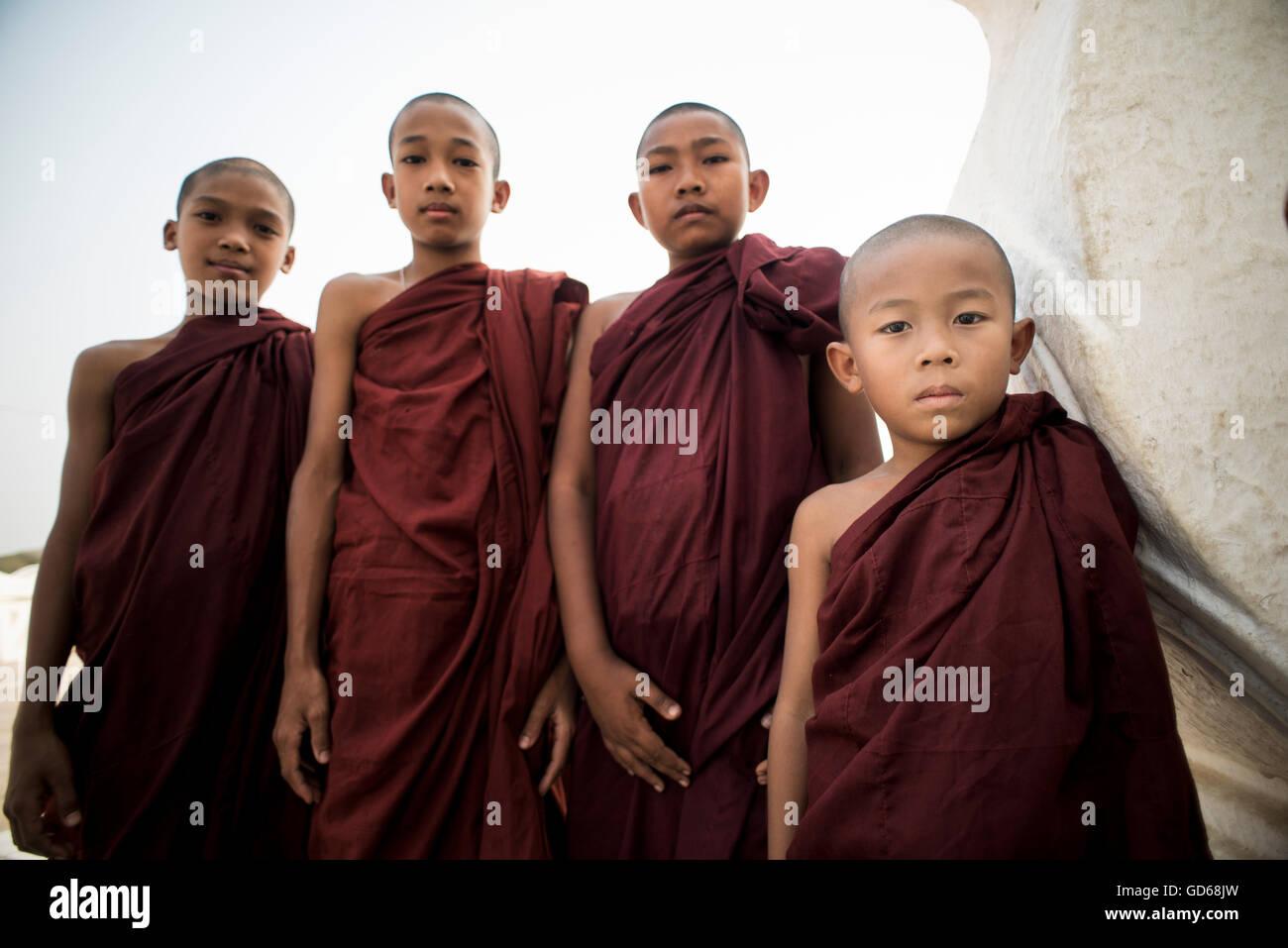 Un gruppo di monaci buddisti alla Pagoda Hsinbyume, Mingun, Sagaing, Myanmar. Immagini Stock