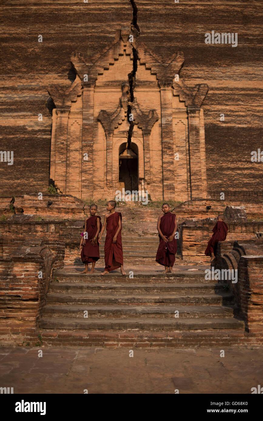 Un gruppo di giovani novizi monaci buddisti alla Pagoda Mingun. Mingun, Sagaing, Myanmar. Immagini Stock