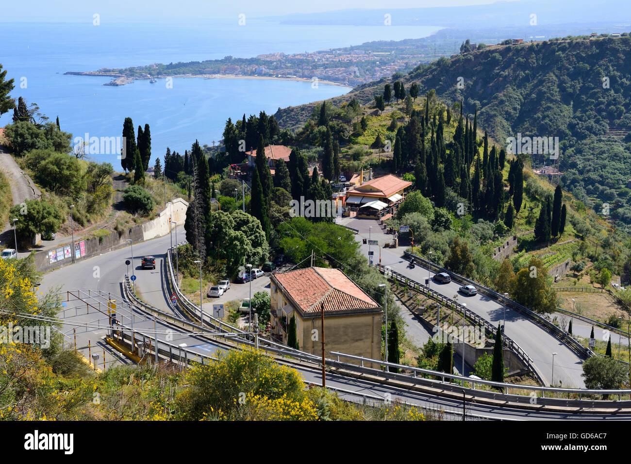 Vista della strada tortuosa che conduce a Taormina, Sicilia, Italia Immagini Stock