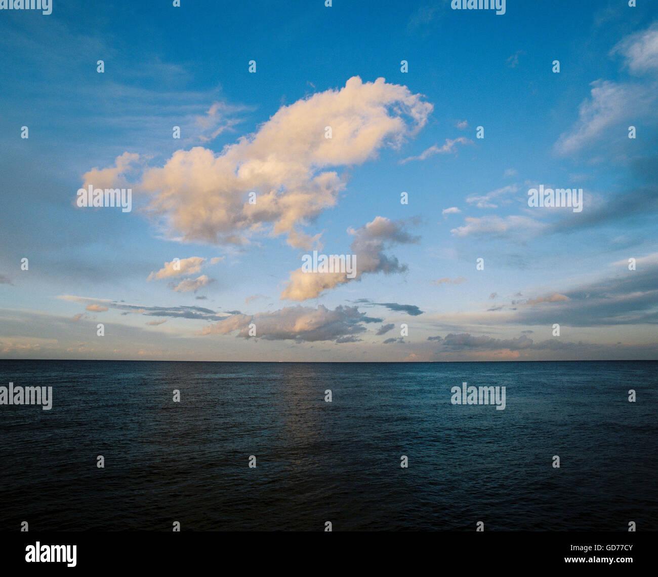 Nuvole al tramonto, trattare, Kent. Immagini Stock
