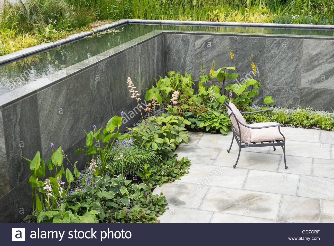 Pareti Con Cascate Dacqua : Pavimentato giardino sommerso con flusso di acqua di piscina