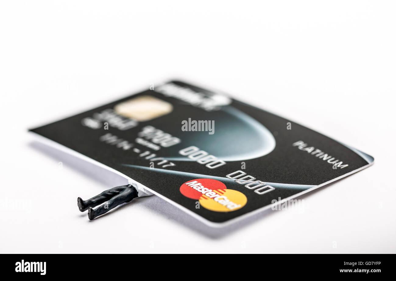 Debito della carta di credito concetto di immagine di un uomo schiacciato sotto il peso del suo debito finanziario Immagini Stock