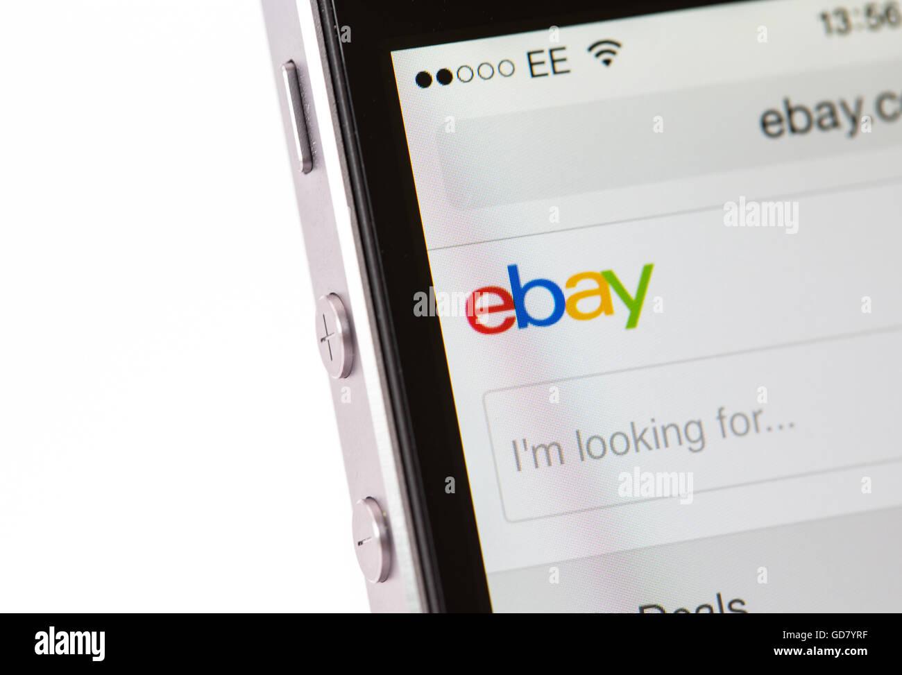 Cercando su ebay su un iPhone smart phone Immagini Stock