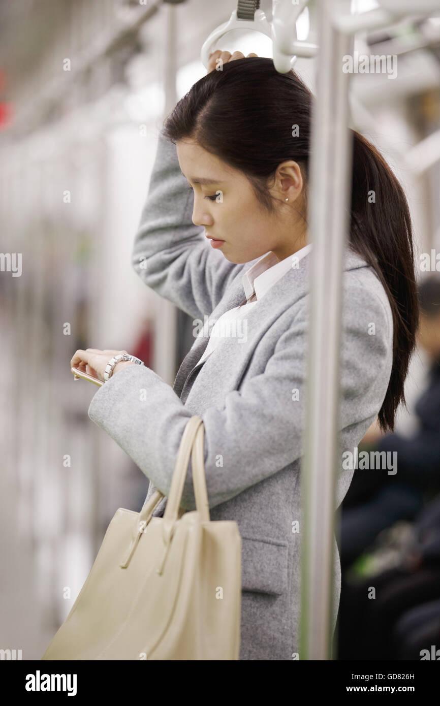 Giovani donne prendere la metropolitana Foto Stock