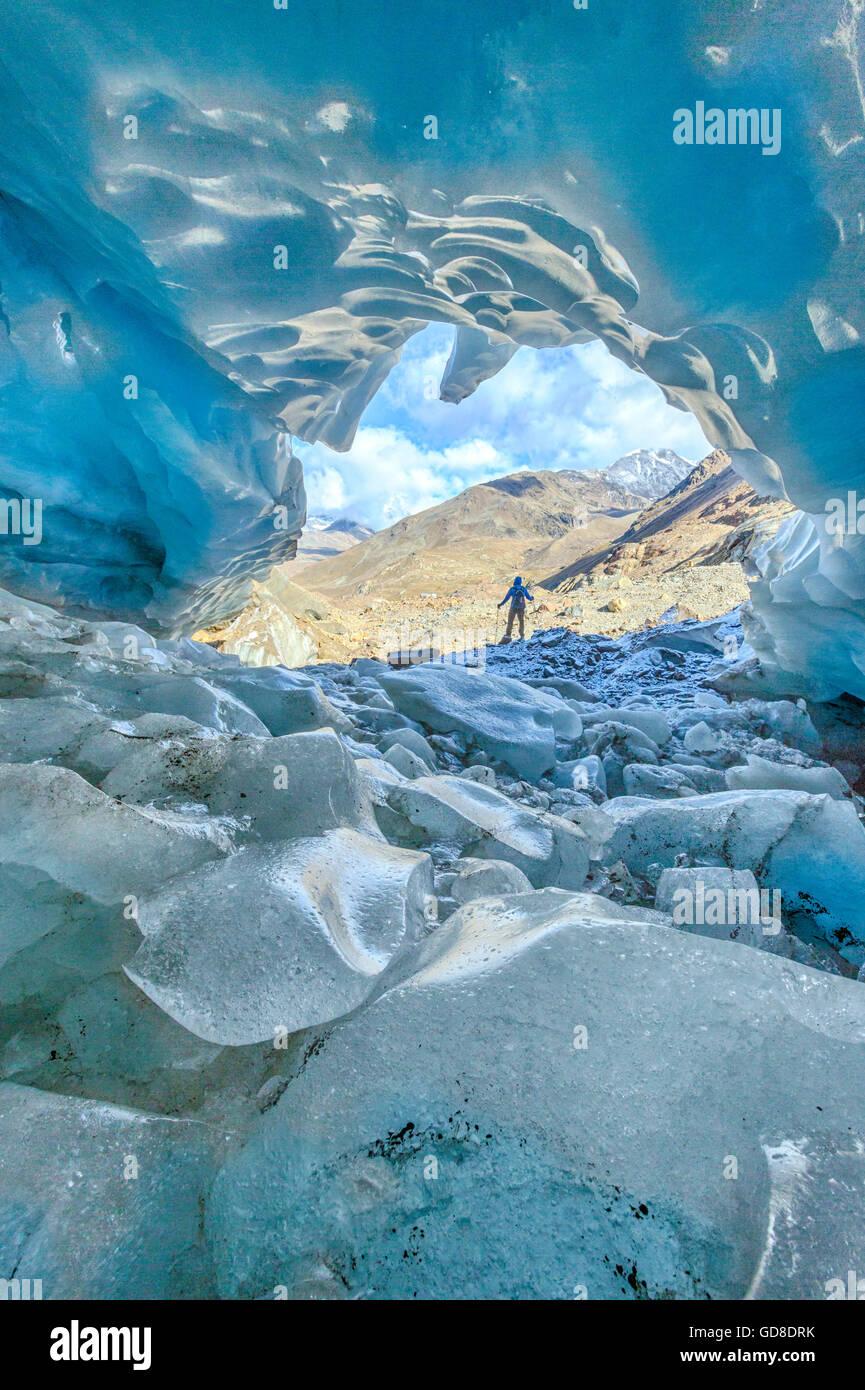 Escursionista all'interno del ghiacciaio dei Forni Valle dei Forni il Parco Nazionale dello Stelvio Valtellina Lombardia Italia Europa Foto Stock