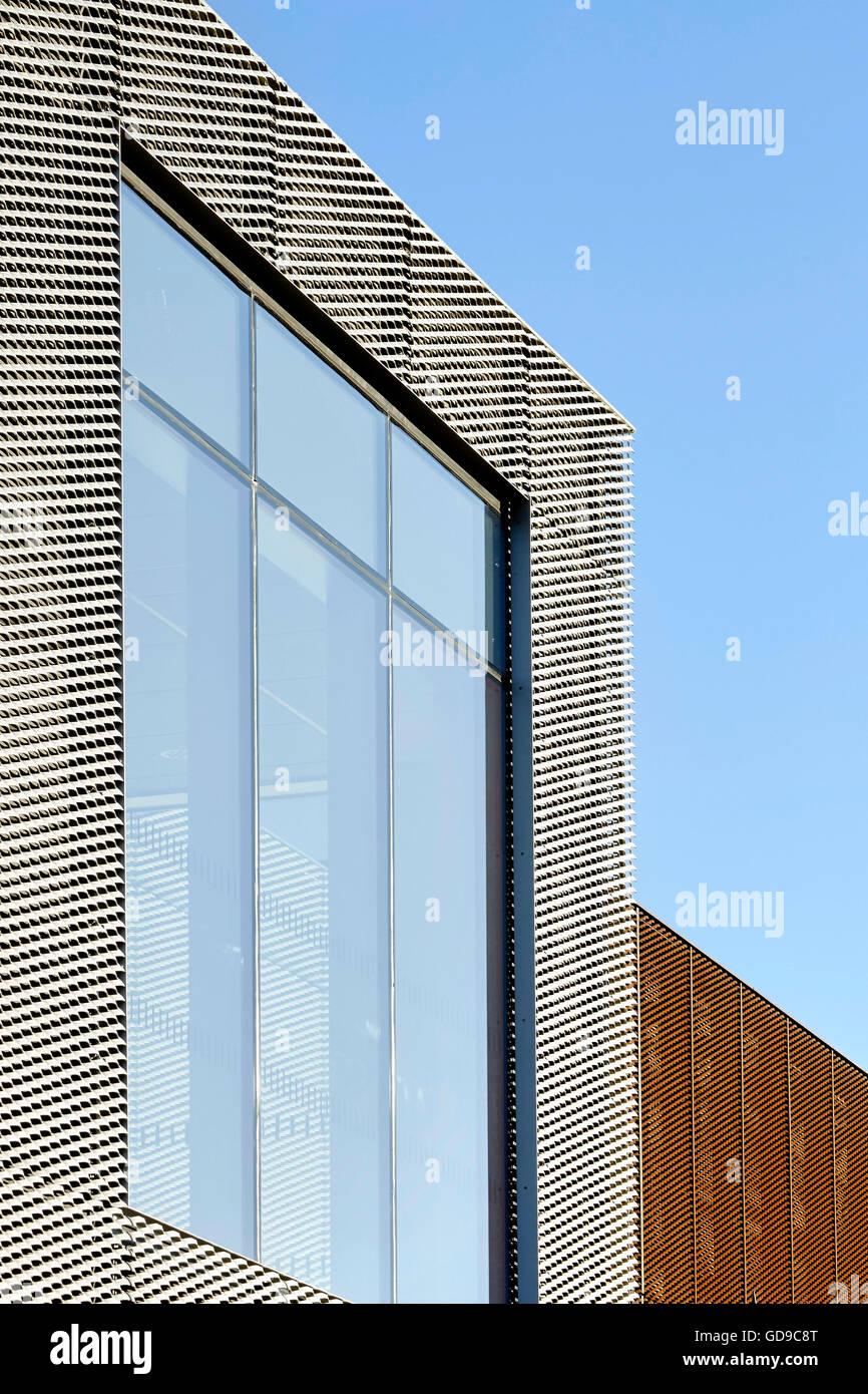 Maglia di acciaio il framing grande finestra. Hebburn centrale, Hebburn, Regno Unito. Architetto: Faulkner Browns, Immagini Stock