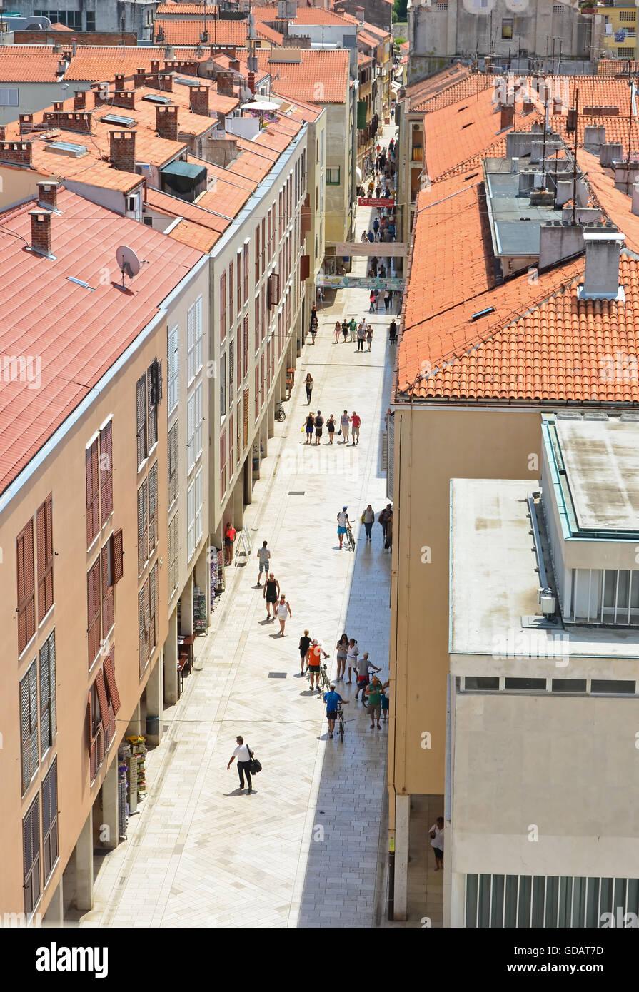 La gente camminare pacificamente nella zona pedonale della città vecchia di Zadar, Croazia Immagini Stock