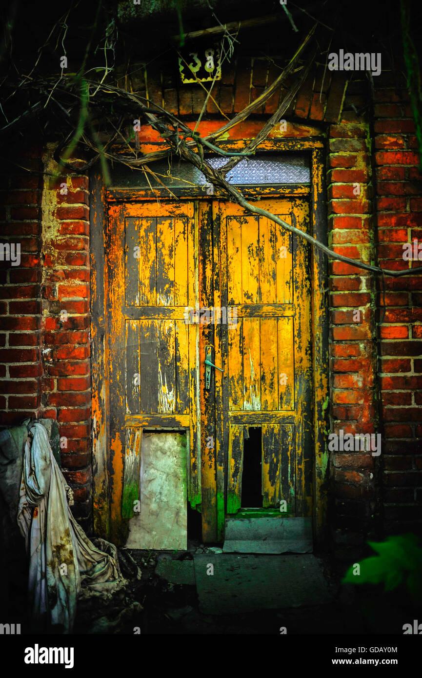 Rusty artistica vivace e molto vecchie porte Immagini Stock