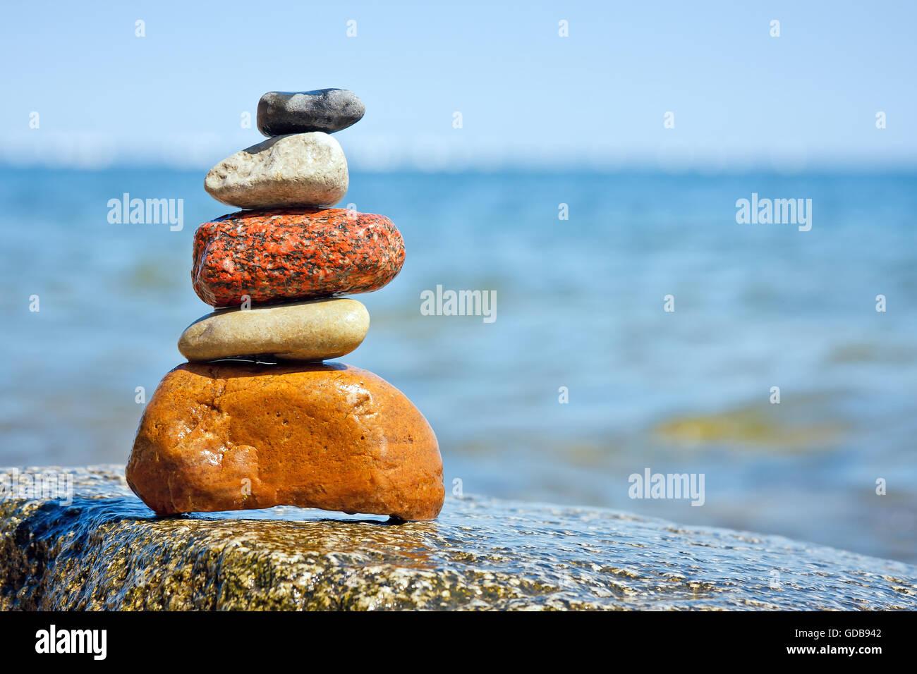 Cumulo di pietre impilate a mare, feng shui forze Immagini Stock