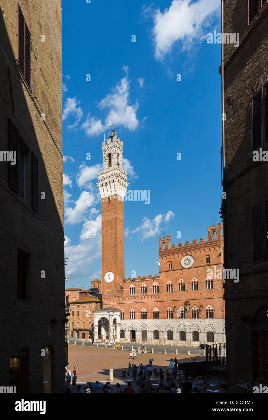 Siena, in provincia di Siena, Toscana, Italia. Piazza del Campo e Torre del Mangia Immagini Stock