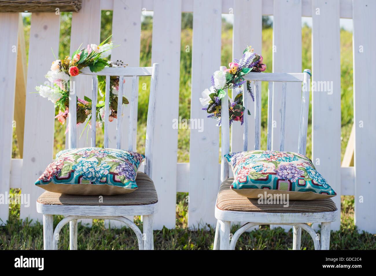 Sedie Vintage Colorate : Due vintage sedie bianche e colorate cuscino di velluto e la