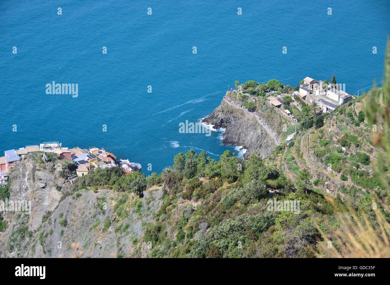 La destinazione di vacanza popolare di Manarola nel roccioso isolato e Cinque Terre,sulla costa ligure Immagini Stock