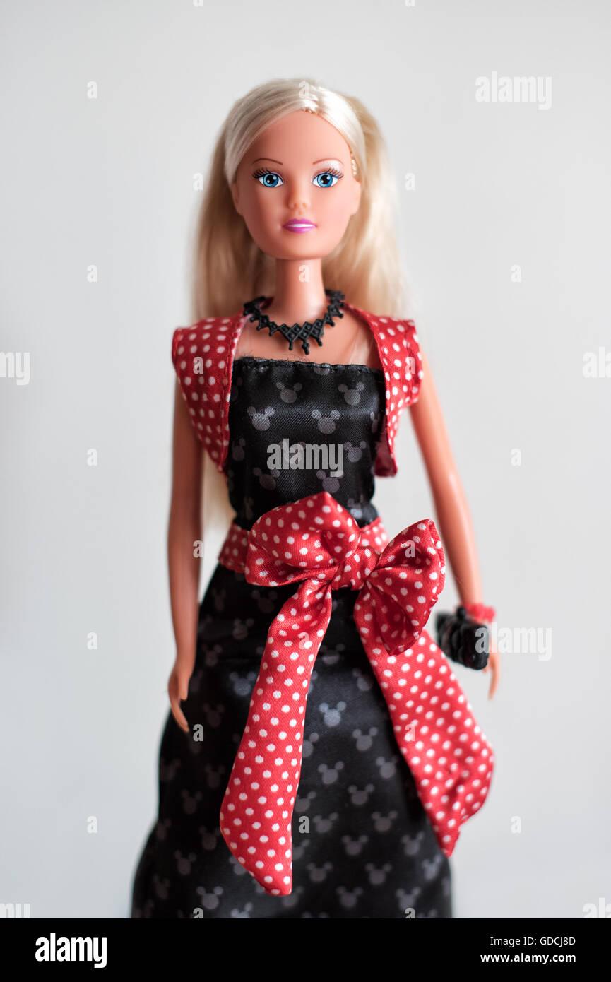 Bambola Barbie con lunghi capelli biondi di sera con un rosso anta portante un portamonete Immagini Stock