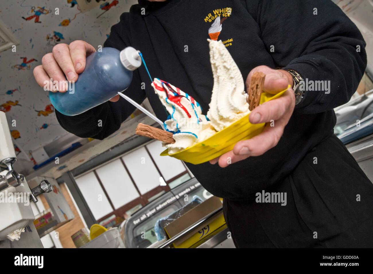 Lavoratori a Honiton Industrial Estate posto i loro ordini. A volte il boss ordinerà il gelato per il suo personale Immagini Stock