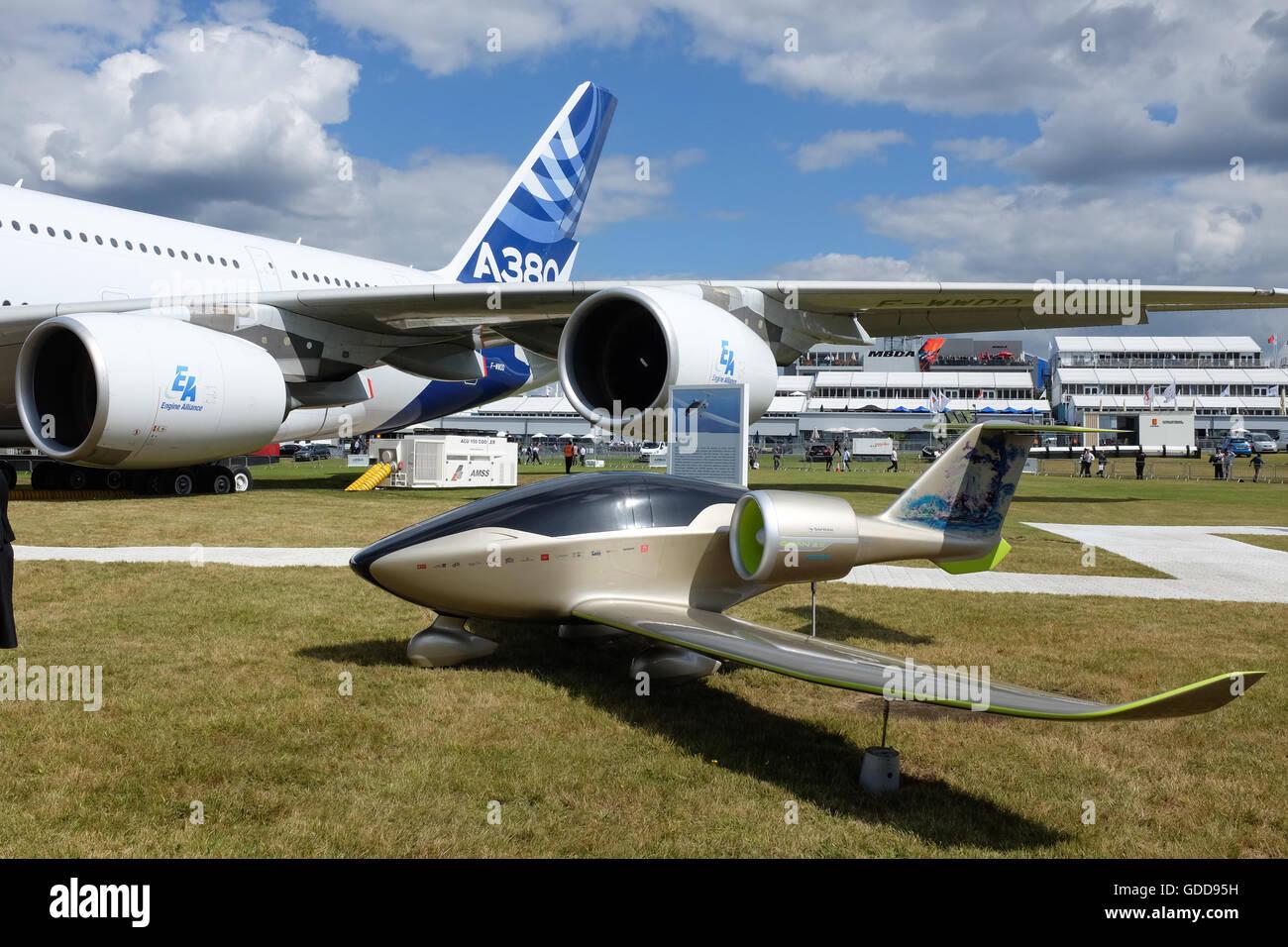 La Airbus E-fan piano accanto al molto più grandi di Airbus A380. Immagini Stock
