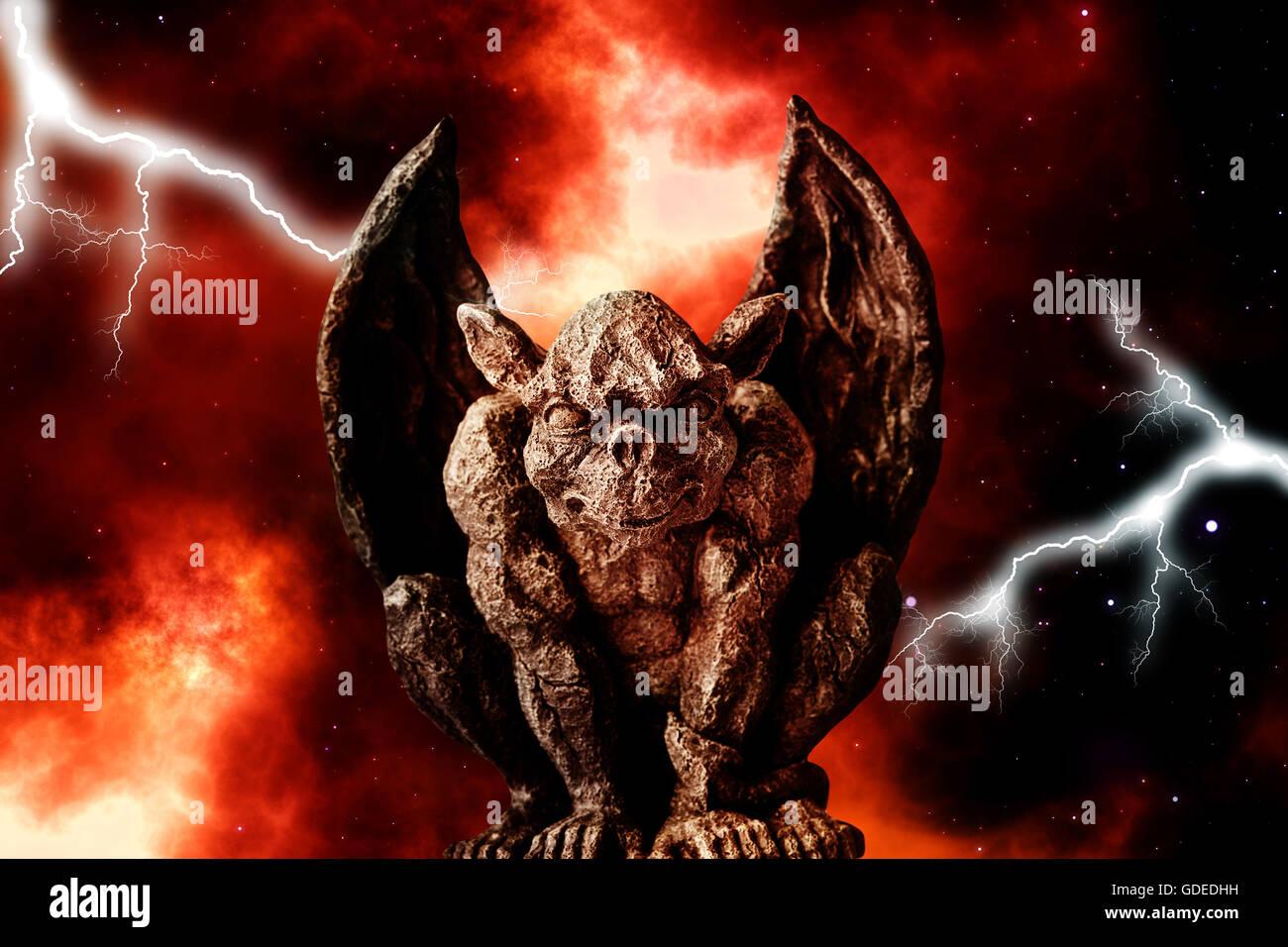 Gargoyle statua contro un cielo drammatico Immagini Stock