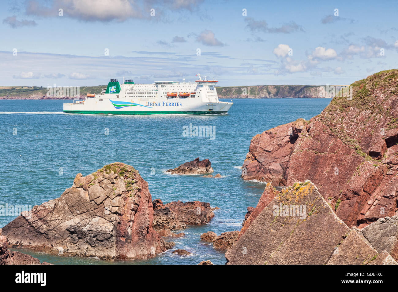 Irish Ferries traghetto Isle of Inishmore vele in Milford Haven come si avvicina Pembroke Dock, Pembrokeshire, Wales, Immagini Stock