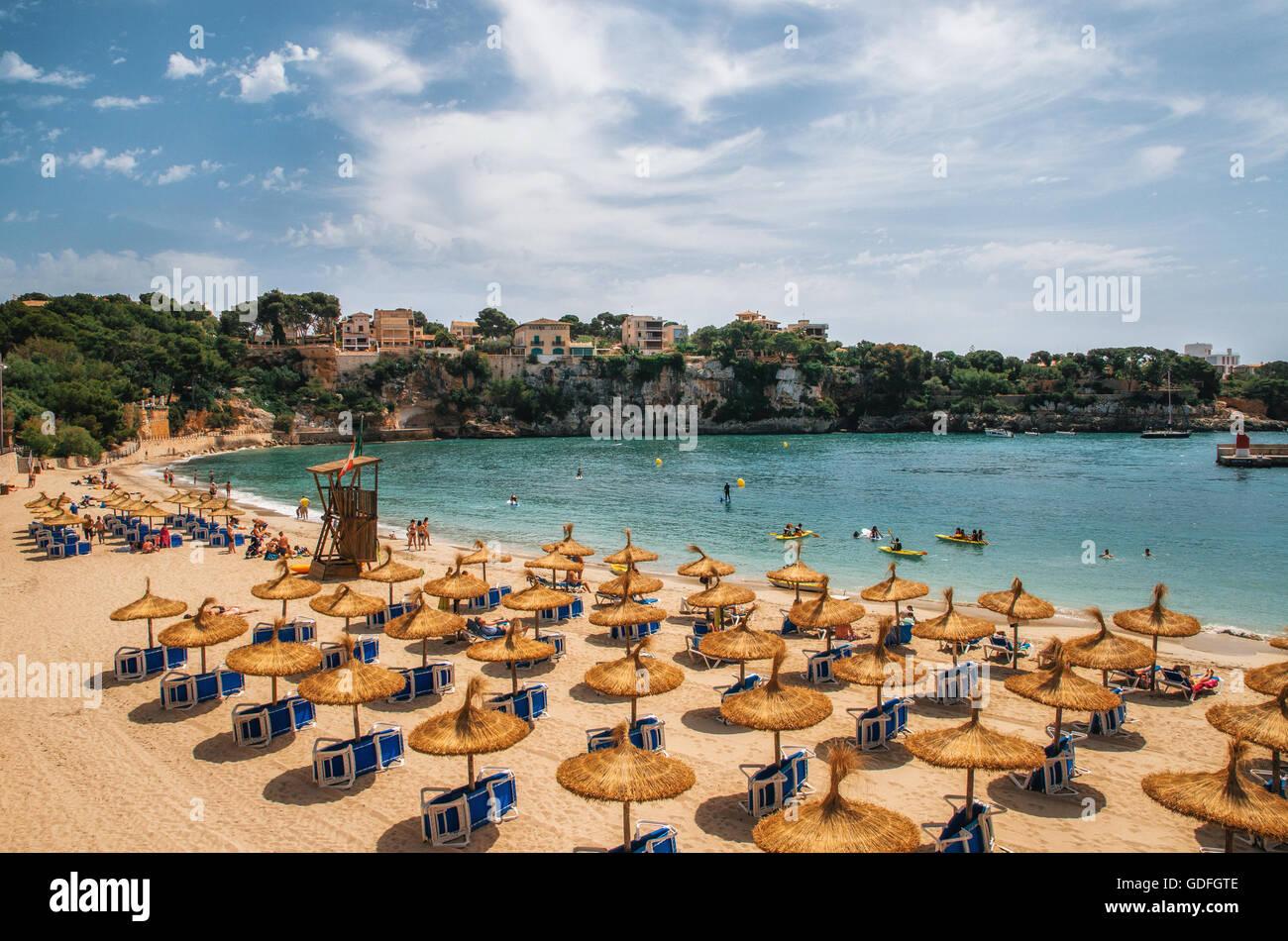 Ombrelloni di paglia sulla spiaggia di Porto Cristo a Maiorca, isole Baleari, Spagna Immagini Stock