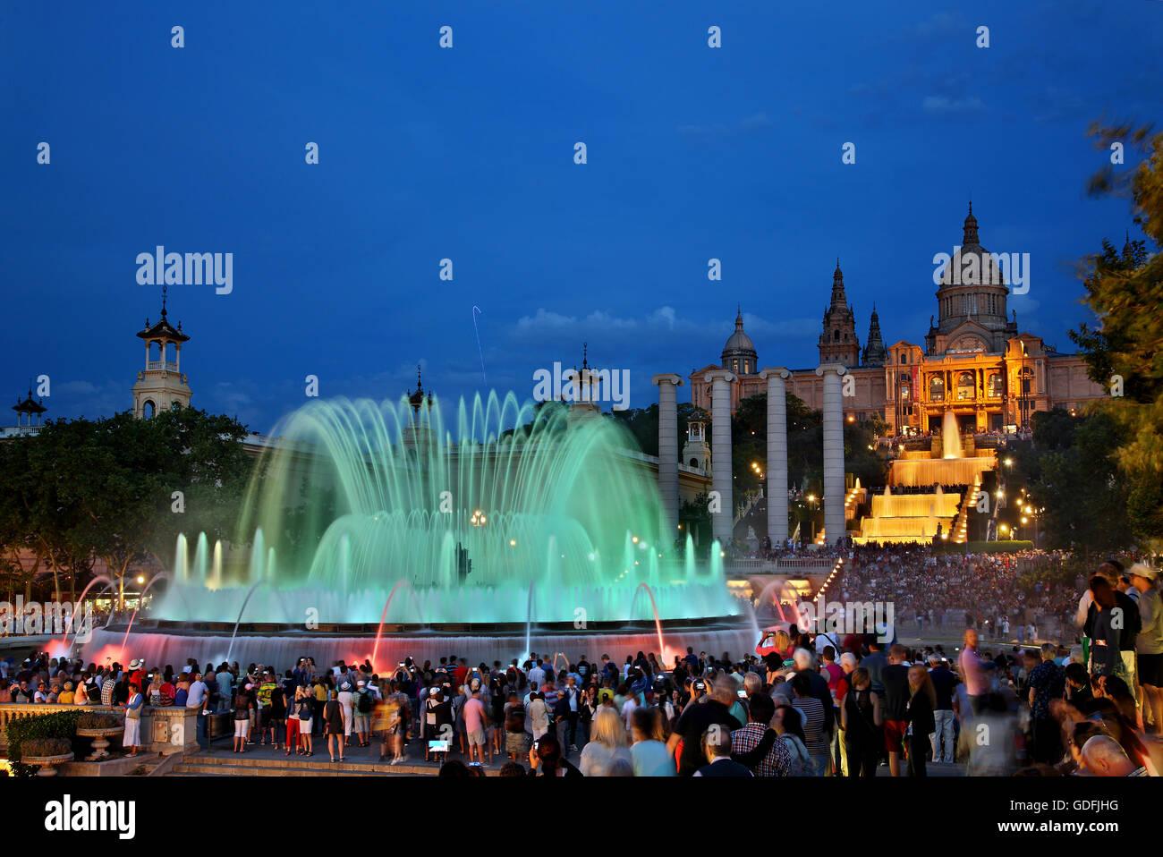 Il 'Font Magica' ('magic fontana') di fronte al Palau Nacional (Museu Nacional d'Art de Catalunya), Immagini Stock