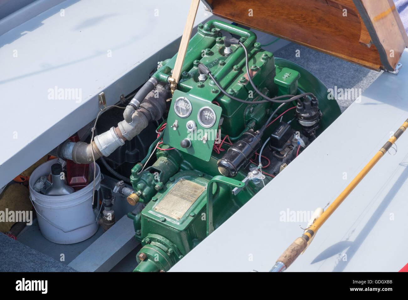 Vista in dettaglio di un universale Blue Jacket Twin marine entrobordo motore montato in un anitque imbarcazione Immagini Stock