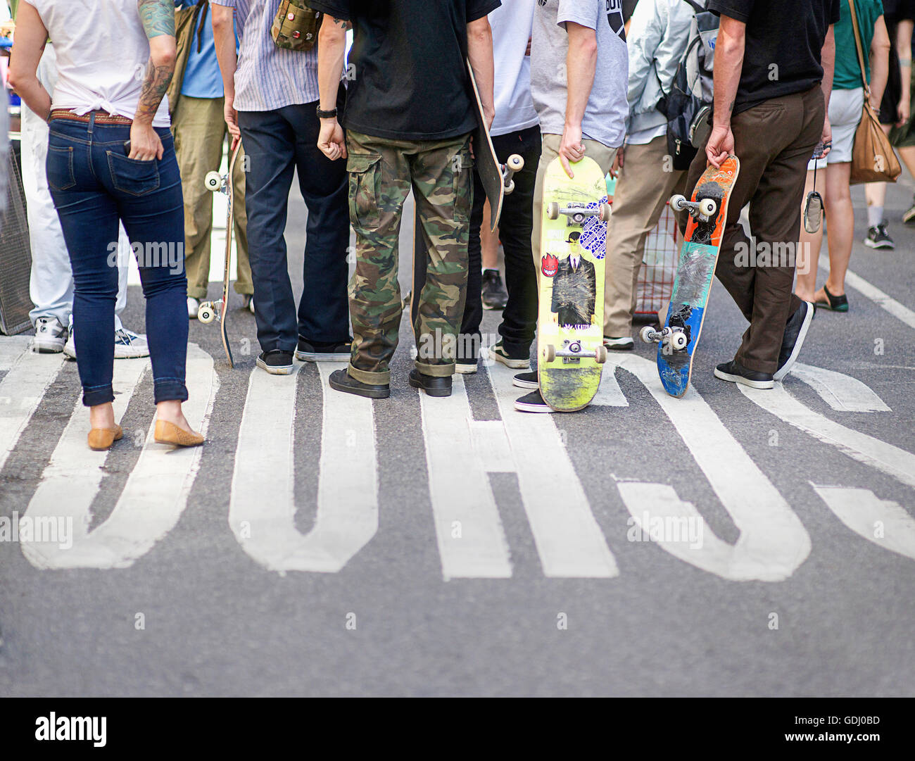 Un gruppo di skateboarders appendere fuori a New York. Immagini Stock