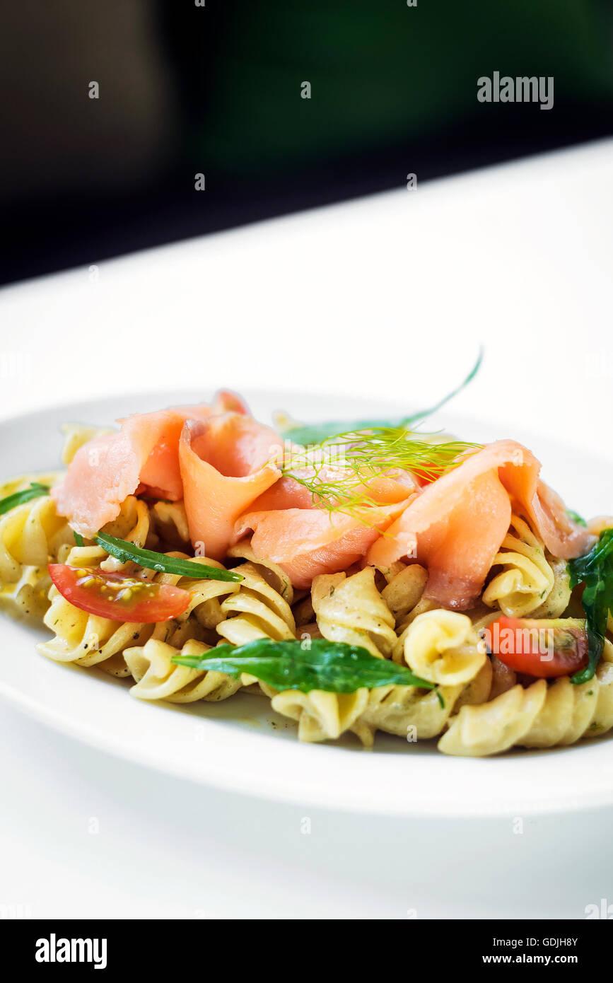 Salmone affumicato organici di pomodoro e basilico fresco insalata di pasta con crema di ricotta e salsa di aneto Foto Stock